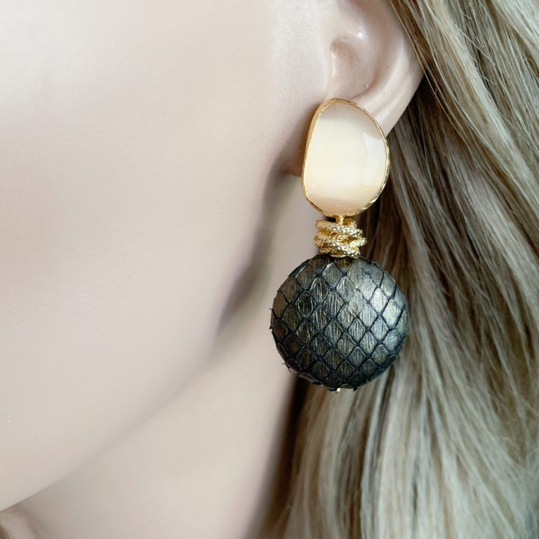 Bruin/gold slangenleer en beige cat's eye oorbellen
