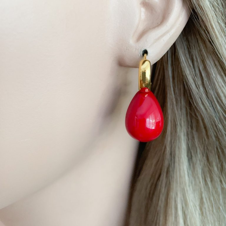 Donkerrood shell en vermeil creolen oorbellen