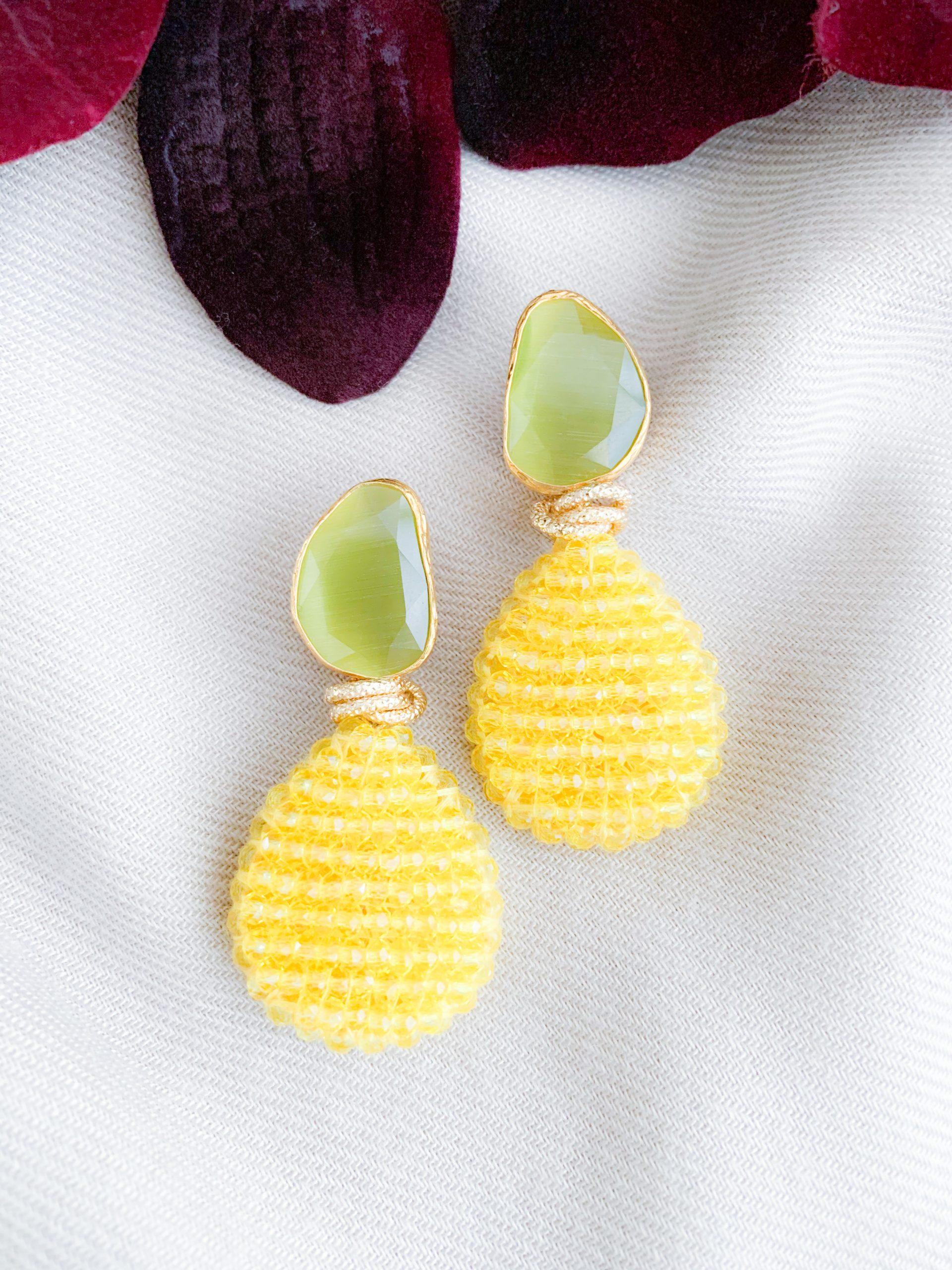 Gele kristallen en lichtgroen/olijfgroene cat's eye oorbellen