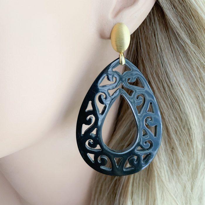 Zwarte carved hoorn en vermeil oorbellen