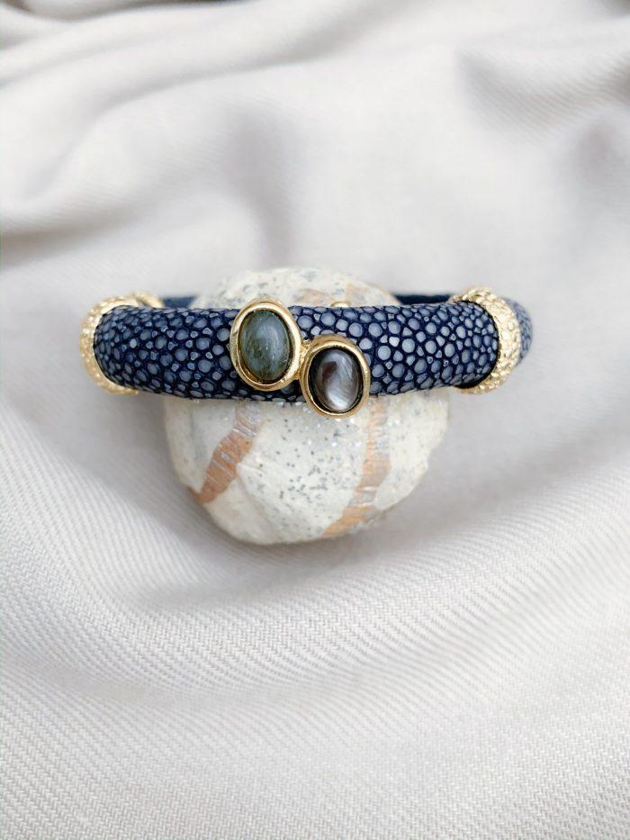 Navy blue stingray mother of pearl en labradoriet open armband