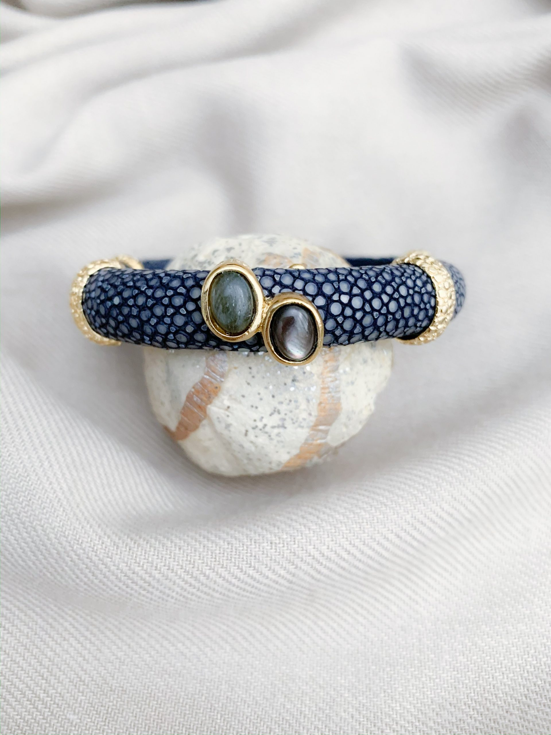 Navy blue stingray mother of pearl en labradoriet open armband