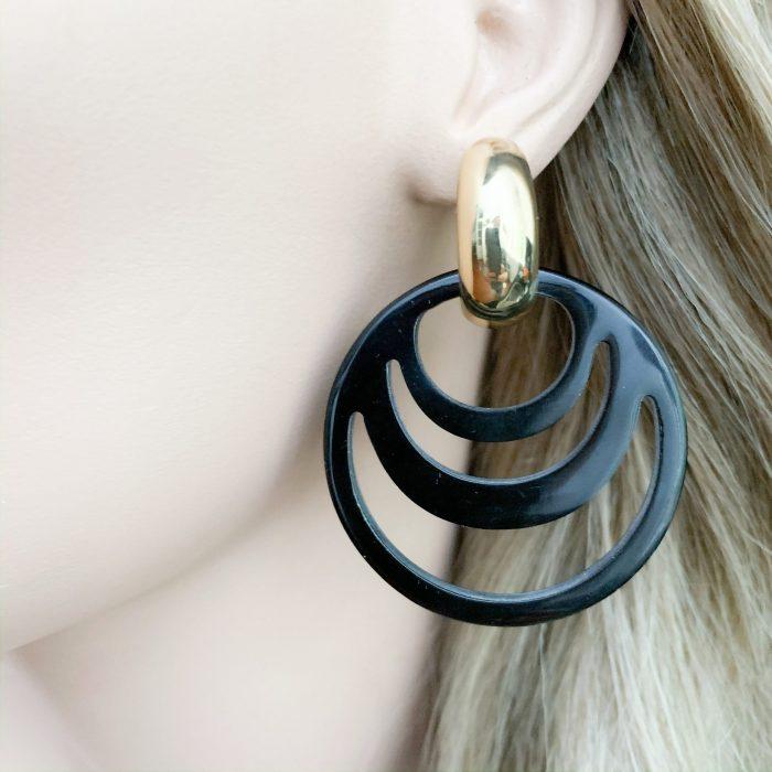 Zwarte carved hoorn oorbellen