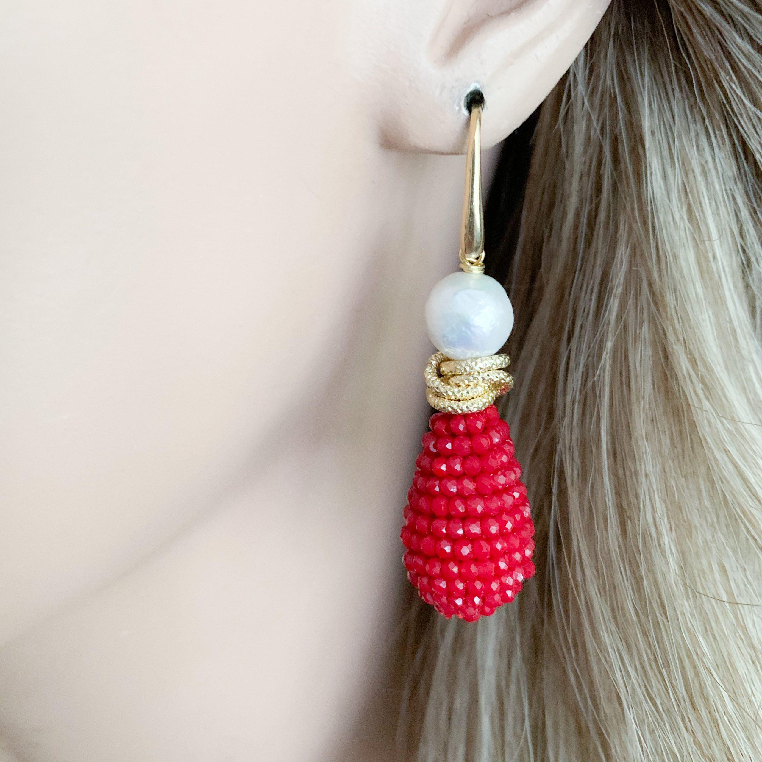 Rode kristallen en barokparels oorbellen