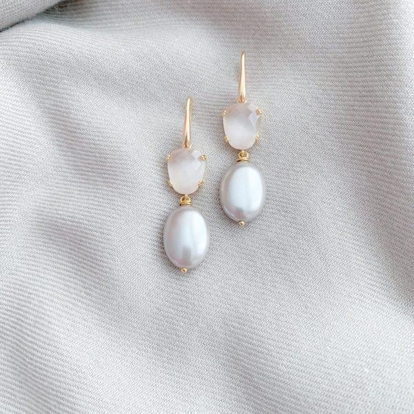 Grijs/taupe shell parels en peach cat's eye oorbellen