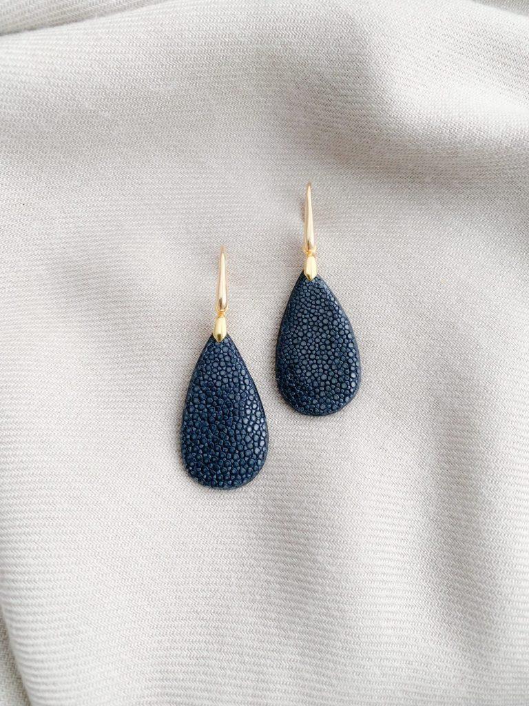 Navy blue stingray/roggenleer oorbellen
