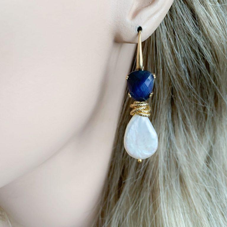 Barokparels en donkerblauwe cat's eye oorbellen
