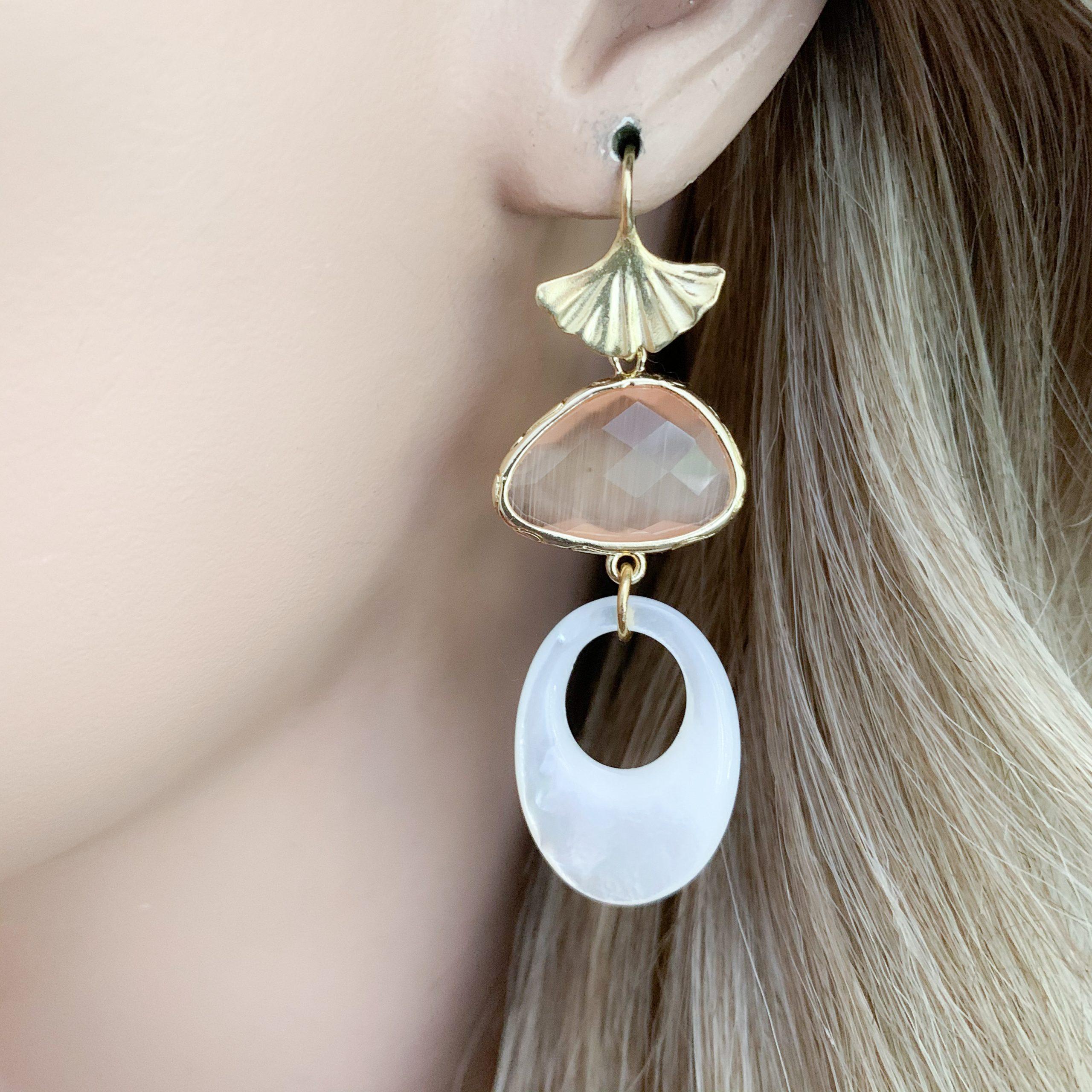 Witte mother of pearl cat's eye en vermeil oorbellen